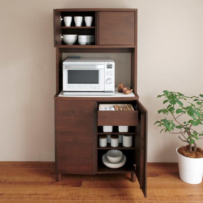 アルダー天然木アールデザインシリーズ キッチンボード 幅80cm 北欧家具風の温もりを感じさせるデザイン。天板耐荷重は約30kgなので大型レンジなどを置いてレンジ台としても使用可能。  カウンター右扉内には引き出し付きです。