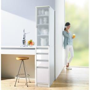 上品な清潔感のあるアクリル扉のキッチンすき間収納 幅30cm・奥行55cm 写真