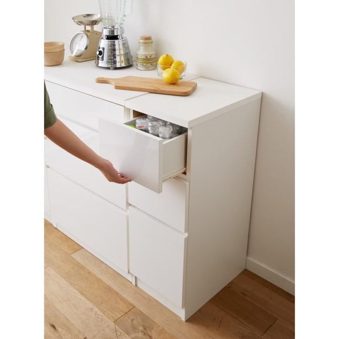 組立不要 サイズが選べる多段すき間チェスト 幅30cm・ロータイプ キッチンの隙間や空きスペースを有効活用できる収納チェストです。