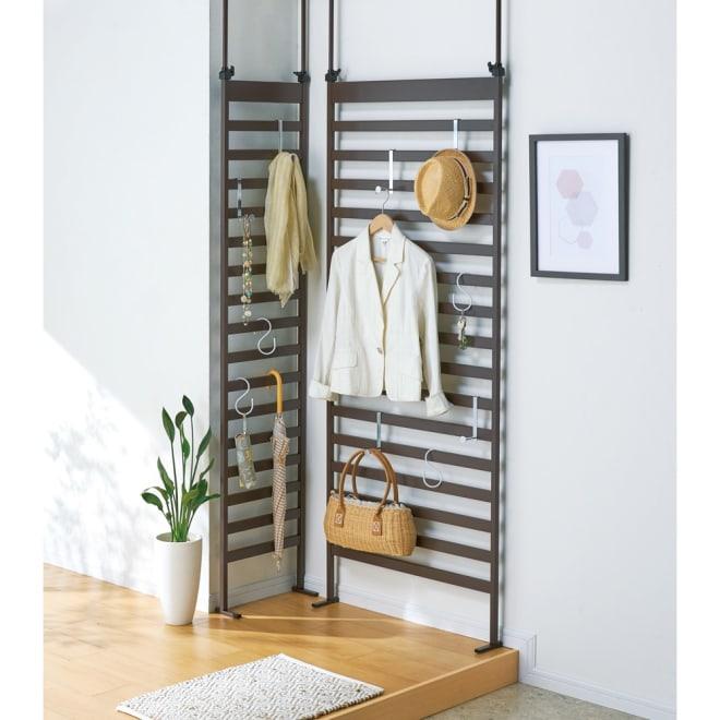 玄関をおしゃれに飾れる 天井突っ張り壁面ディスプレイハンガー 幅40cm コーディネート例(イ)ブラウン 棚の置けないコーナーも収納スペースとして活用できます。 ※お届けは写真左の幅40cmタイプです。