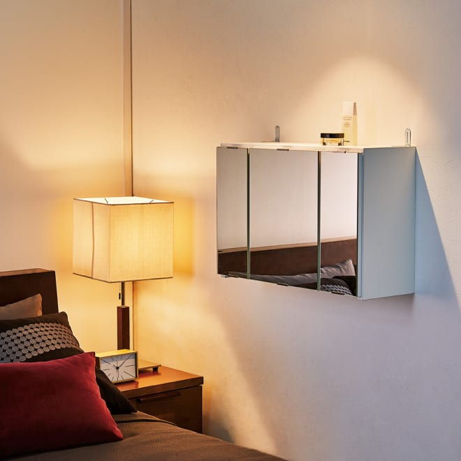 どこでもドレッサースペースにできる 三面鏡付き吊り戸棚 幅59cm 壁面に新設できる収納棚付きの三面鏡。ドレッサーが置けない寝室にも、ベッドに腰掛けたまま使える高さに設置できます。