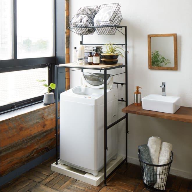 天井が低くても置けるカフェスタイルランドリーラック 棚1段バスケット2個 高さ167~217cm (ア)ブラック ナチュラルとインダストリアルが融合した男前なスタイル。ざらっとしたマットな質感が魅力。バスケットは脱衣カゴやタオル入れに便利。棚板は洗濯用品などがたっぷり収納できる奥行です。