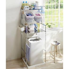 奥行たっぷり ステンレス棚の洗濯機ラック 棚2段・洗濯バスケット2個・幅70~89cm 写真