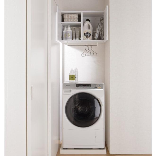 幅サイズを1cm単位で選んでぴったり!洗濯機上壁付け収納庫 ハンガーバー付き 幅60~70cm 幅が1cm単位で選べる吊り戸棚。限られたランドリースペースに、造り付けのような収納棚が新設できます。向かって右側の収納部には角ハンガーを立てて置けます。下部には便利なハンガーバー付き。