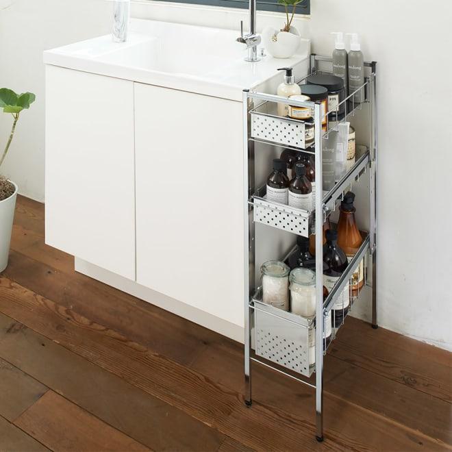 ステンレス洗濯機サイドラック 3段 幅20.5cm高さ80.5cm 洗面台のわきに置いても邪魔にならない幅20.5cmのラック。清潔感のあるクールなデザインで、洗濯用品やバスアイテムなどが場所を取らずに収納できます。