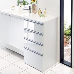 組立不要 収納物に優しい サニタリーすき間チェスト 幅45cm 洗面所などの水まわりの隙間を活用できる収納チェスト。前面の光沢感が清潔な洗面空間を演出します。