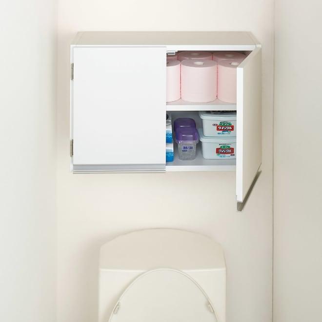 光沢仕上げ吊り戸棚 扉タイプ 幅60cm トイレ上のトイレットペーパーや掃除用品の収納にも便利です。