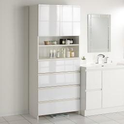 組立不要 スペースに合わせて奥行が選べるサニタリーチェスト 幅75奥行41cm 洗面台脇にもぴったり馴染む。扉・引出しを閉じれば清潔感あふれる光沢感が際立ちます。