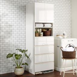 組立不要 スペースに合わせて奥行が選べるサニタリーチェスト 幅60奥行51cm 洗濯機脇にもぴったり馴染む。扉・引出しを閉じれば清潔感あふれる光沢感が際立ちます。