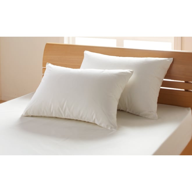 4つ星エクセルゴールドラベル羽毛×超長綿 ダウン枕 ハンガリー産の4ツ星ダウンで仕立てた羽毛枕です。 左下:普通判、右奥:大判