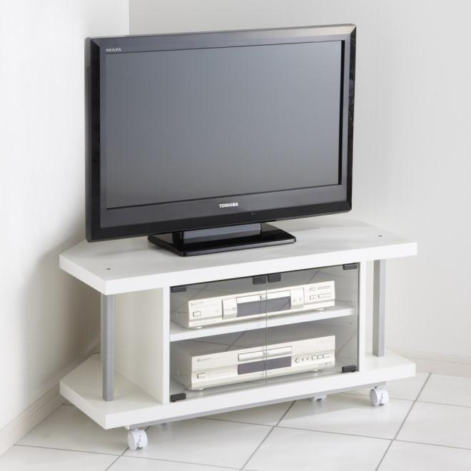 テレビ上の空間を有効活用できるシリーズ コーナー用テレビ台 幅90cm (イ)ホワイト ※テレビは32インチ液晶テレビです。 ※コーナーに設置したとき構造上、壁と天板の間に約8cm隙間があきます。予めご了承ください。