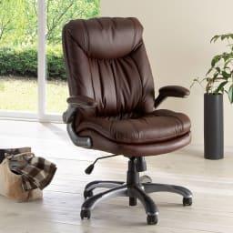 ふんわりソファーのような昇降回転チェアー (ア)ブラウンは天然木の家具にも合う落ち着いたインテリアカラーです。