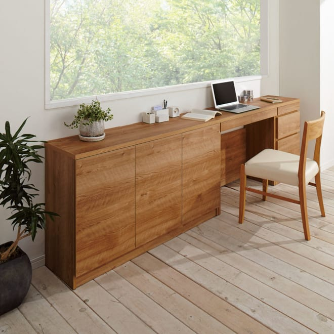 天然木調薄型コンパクトオフィスシリーズ 3枚扉キャビネット・幅120cm 使用イメージ ※お届けは一番手前の3枚扉キャビネットです。