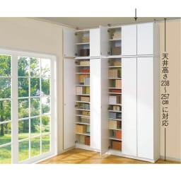 効率収納できる段違い棚シェルフ [突っ張り上置き 板扉タイプ 開き戸 幅90cm] 上置き高さ54.5cm (ア)ホワイト ≪組合せ例≫ ※お届けは板扉上置き(幅90cm)です。