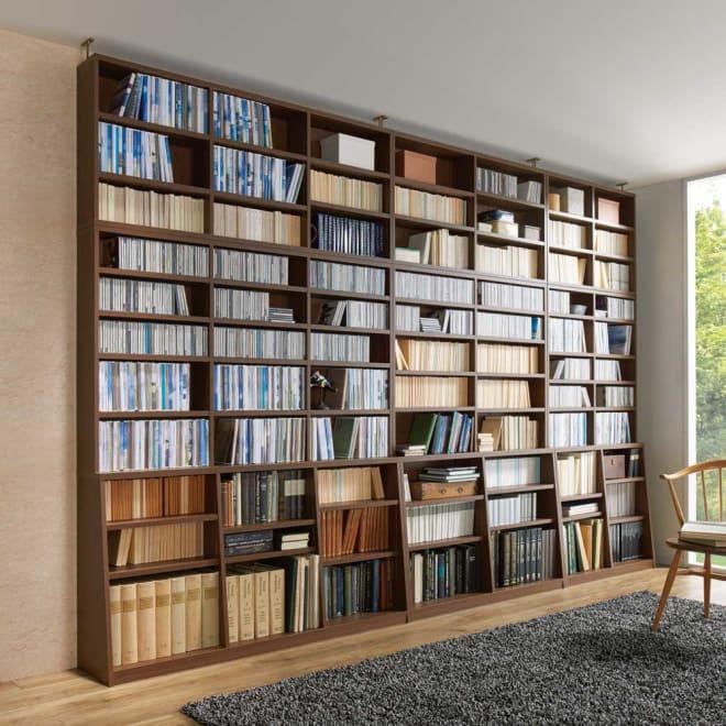 脚元安定1cmピッチ棚板頑丈薄型書棚 突っ張りタイプ本体高さ232.5cm コーディネート例(ア)ダークブラウン ※左から幅150cmタイプ、幅118cmタイプ、幅90cmタイプです。※写真の天井高さ240cm