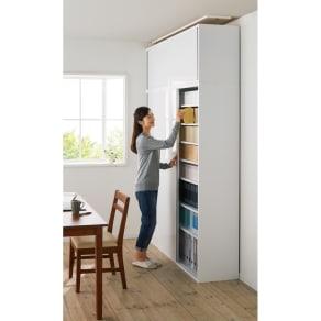 光沢仕様 引き戸壁面収納本棚 幅150奥行40突っ張り上置き高さ55~70(本体52)cm 写真