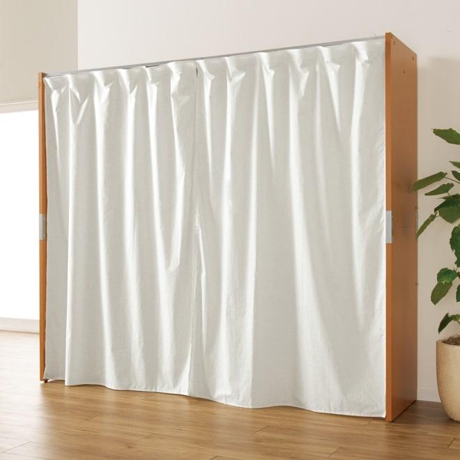 部屋に合わせてコーディネート カーテン取り替え自在ハンガー 棚なしタイプ 幅128~205cm (イ)ナチュラル カーテンを閉じれば見た目スッキリ(※写真は付属の無地カーテンを使用した場合)。