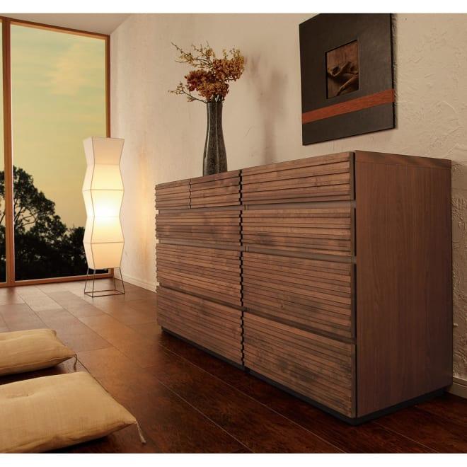 天然木横格子柄のローチェスト 幅90cm奥行44cm・4段 (使用イメージ)※写真は(左)幅90cm・4段タイプ(右)幅60cm・4段タイプです。
