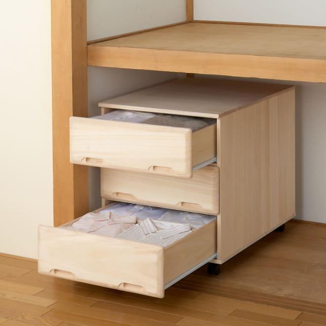 【衣類に優しい押し入れ収納】総桐スライドレール押入3段 ミドル64 押し入れ半間にスペースを余して設置できます。脇のすき間を活かしてアイロン台や薄型ケースも置けます。