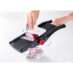 厚さ幅調節機能付き日本製スライサー ボウルの縁に引っ掛けて固定。