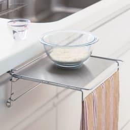 補助テーブルにもなるタオルハンガー 2cmまでの厚さの扉に対応可。