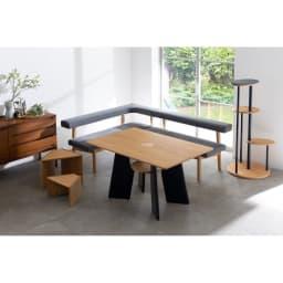オーク天然木の ネコとくつろぐ ダイニングテーブル コーディネート例(ア)ナチュラル ※お届けは中央のダイニングテーブルのみになります。