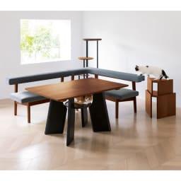 オーク天然木の ネコとくつろぐ ダイニングテーブル コーディネート例(イ)ダークブラウン ※お届けは中央のダイニングテーブルのみになります。