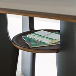 オーク天然木の ネコとくつろぐ ダイニングテーブル (イ)ダークブラウン 天板下の棚は雑誌を置くなど収納スペースとしても使えます。