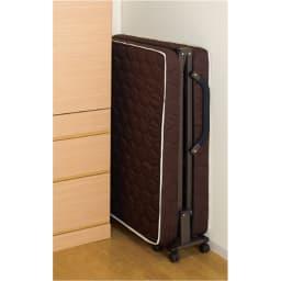 開梱してすぐ使える![組立不要]低反発ダブルリクライニング電動ベッド 突起物がなくすき間にスッキリと収納できます。