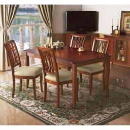 ベネチア調象がんシリーズ ダイニングテーブル・幅135cm (使用イメージ)高級家具の代名詞のマホガニー材を惜しみなく使用したダイニングテーブル。 (※お届けはダイニングテーブルです。)