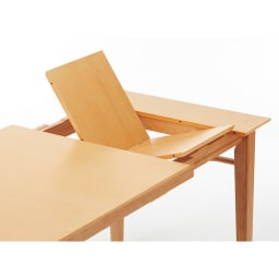 伸長式ダイニングシリーズ 伸長テーブル 大 天板の下に二つ折りで収納されている伸長板を広げてはめ込むだけと、簡単です。