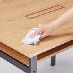 おうちの時間が快適になるオーク天然木ブルックリンダイニングシリーズ 5点セット(テーブル・幅150cm+ウィンザーチェア4脚) 天板は、ウレタン塗装を施しており、水や汚れのお手入れがしやすい仕上げです。
