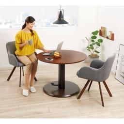 高さ自由自在!カフェスタイルダイニング 丸形昇降テーブル単品・径110cm ダークブラウン コーディネート例 ※お届けは昇降テーブル・径110cmです。※テーブル高さ60cmで撮影。