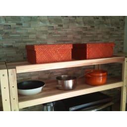 国産杉の無垢材キッチン収納 パントリーキッチンラック 幅89奥行38cm 最上段にもボックスなどを置いて、飾る収納と隠す収納を使い分け。