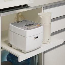 システムキッチンのようなステンレス天板カウンター 幅120.5cm 家電収納部はスライド式で2口コンセント付き。