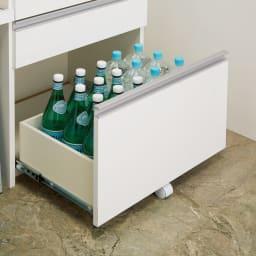システムキッチンのようなステンレス天板カウンター 幅120.5cm 引き出しは重いものを入れても出し入れしやすいキャスター付き。