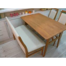 引き戸カウンター下収納庫 奥行23高さ70cmタイプ オープンラック・幅59.5cm ≪組合せ例≫ 一般的なダイニングテーブルの高さに合わせており、テーブルの延長上でフラットな使い方の提案商品です。 ※写真は奥行29.5cmタイプです。