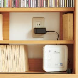 アルダー格子引き戸収納庫 幅90cm奥行35cm 家電のコードは背板の穴を通して配線。