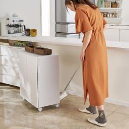 サッと片付くカウンター下収納ワゴン 扉 幅79cm キャスターで動かせるので、裏側のお掃除も簡単です。