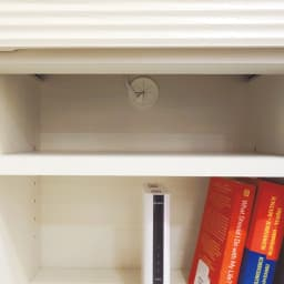 テレワークに最適!ダイニングを自由に使える多機能カウンター 幅140cm オープン部には家電収納に便利なコード穴付き。棚板の奥にスペースがあり、上段から下段にコードを通せます。