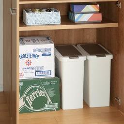 食器からストックまで入るキッチンパントリー収納庫 幅75奥行40cm 固定棚までの有効高さは89cmなので、ごみ箱もしまえます。