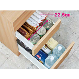 組立不要!幅1cm単位で62サイズから選べるすき間収納庫 ロータイプ 幅31~45cm・奥行55cm 【引き出し収納例】幅32cm×奥行55cmタイプ(内寸…幅22.5cm×奥行44.5cm) レトルトカレーや袋めん、粉類や乾物など常温保存食品のストックに便利。下段には2Lペットボトルを横2列に並べて収納できます。