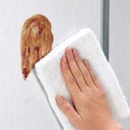 取り出しやすい2面オープンすき間収納庫 奥行44.5・幅12cm 前面はお手入れがラクな光沢仕上げ。汚れやすいキッチンではサッと拭けてお手入れラクラク。