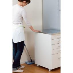 組立不要 ステンレス天板隙間収納 段違い棚扉タイプ 幅25cm・奥行55cm ワゴンタイプだから移動もお掃除も簡単。