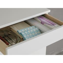 光沢仕上げ腰高カウンター収納シリーズ ダストボックス2分別 引き出し1段目は内寸高6cm。キッチン雑貨やカトラリーの収納に。