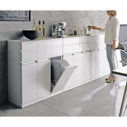 光沢仕上げ腰高カウンター収納シリーズ キッチン収納庫 幅55.5cm モデル身長:159cm ※お届けは収納庫幅55.5cmタイプです。