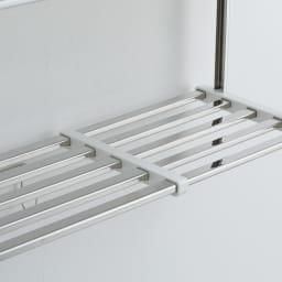 《2段タイプ》はさむだけで取り付けラクラク 幅伸縮キッチン戸棚下収納 棚板パイプの表面は平らな形状。丸パイプよりも安定感があります。