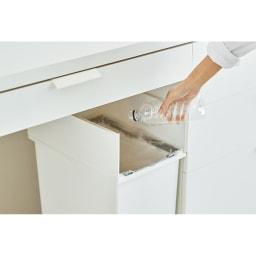 【20リットル×2個組】抗菌加工あり 棚下に置けるペダル式ダストボックス 軽い力で素早く左右に蓋が開き、サッと捨てられます。