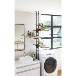 1本脚ですっきり置ける カフェ風スマートランドリーラック 棚3段タイプ (ア)ブラック 洗濯機と洗面台のわずかなすき間にも取り付け可能で、棚板は左右どちら向きにも設定できます。
