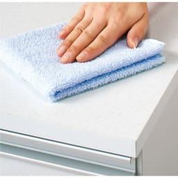 組立不要 収納物に優しい サニタリーすき間チェスト 幅30cm 天板は汚れに強くお手入れ簡単な人工大理石調のシートを使用しています。
